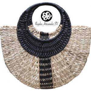 Cartera de fibra natural, de corazón de tule con detalle de fibra de plástico al centro