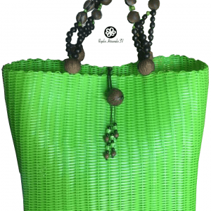 Cartera artesanal con cierre y agarre de semillas y hilo plástico