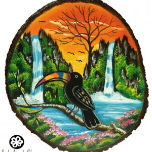 Tucán en paisaje salvadoreño pintado en madera